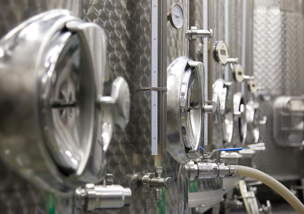 Weißweine werden klassisch im Stahltank ausgebaut